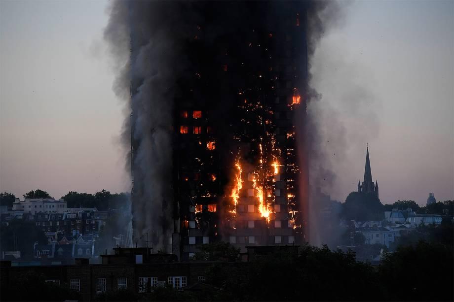 Incêndio atinge edifício de 27 andares e 120 apartamentos em Latimer Road, oeste de Londres - 14/06/2017