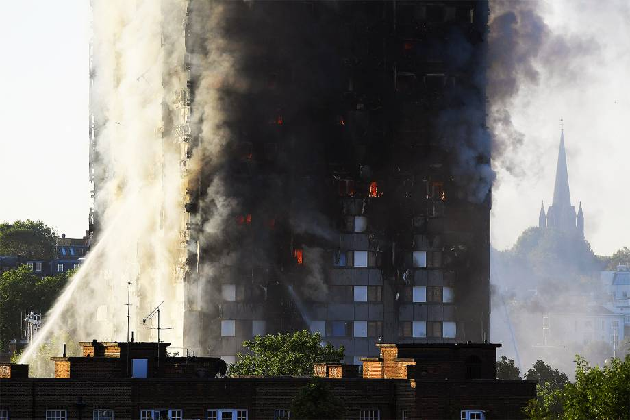 Incêndio de grandes proporções tomou por completo um prédio residêncial na zona oeste de Londres, na Inglaterra - 14/06/2017