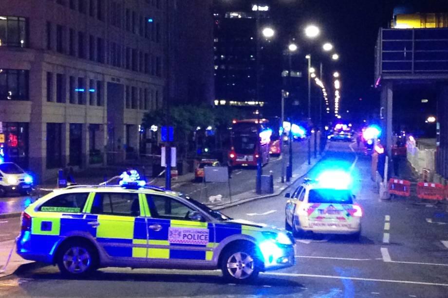 Carros da polícia bloqueiam a rua após uma van atropelar pedestres em ponte de Londres - 03/06/207