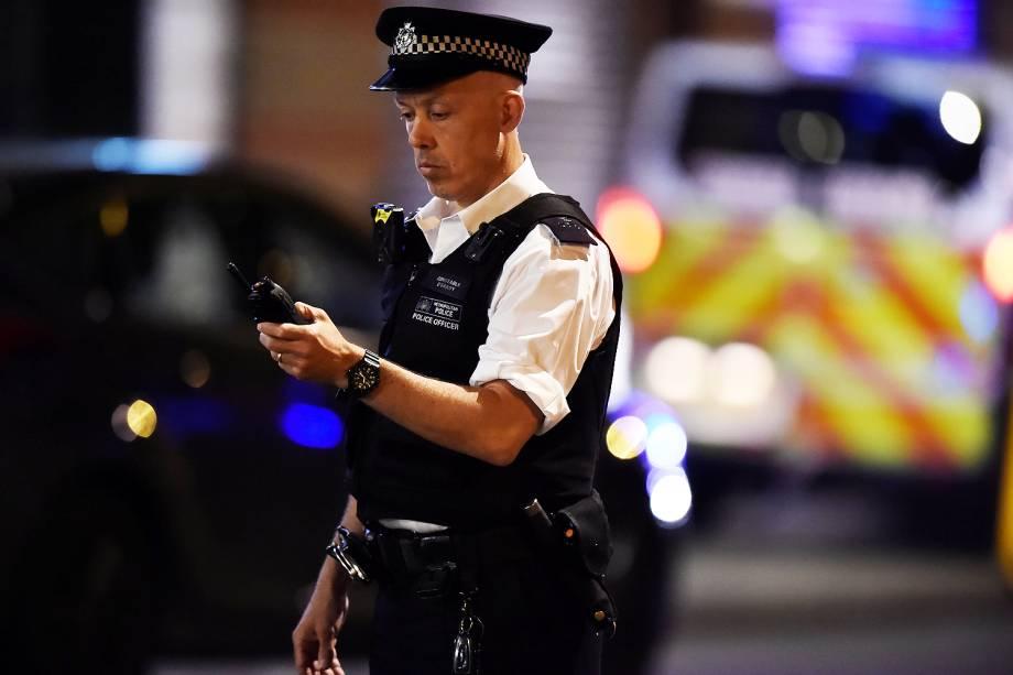 Polícia bloqueia a rua após uma van atropelar pedestres em ponte de Londres - 03/06/207
