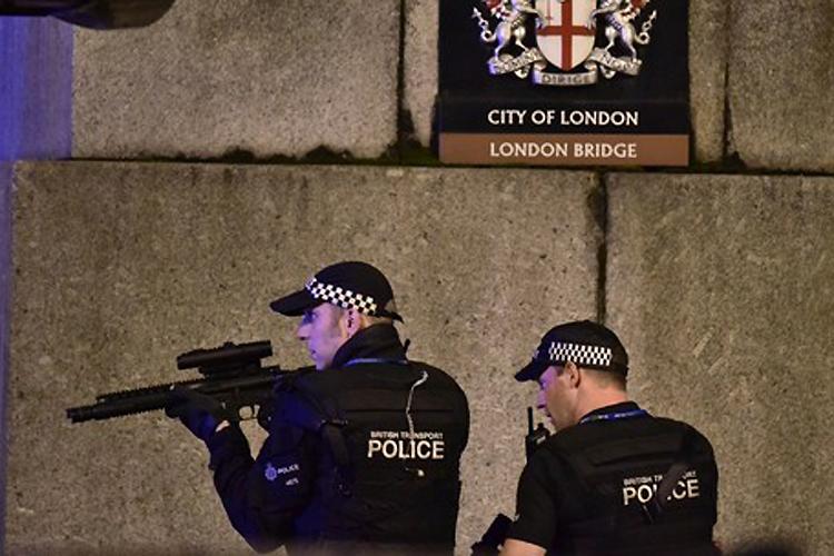 """London Bridge, cartão-postal de Londres, foi fechada por causa de um """"incidente"""" envolvendo uma van e pedestres - 03/06/2017"""