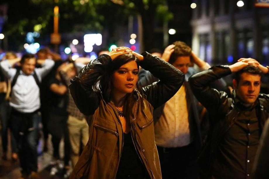 Um número indeterminado de pessoas foram atropeladas e esfaqueadas em pelo menos três incidentes, em Londres, na capital do Reino Unido - 03/06/2017