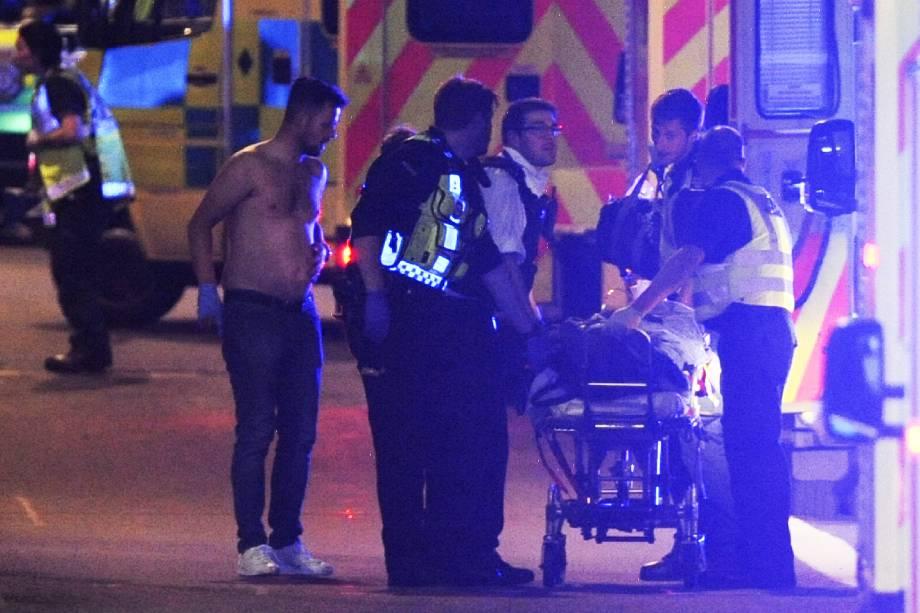 Pessoas são atendidas em ambulâncias após uma van atropelar pedestres em ponte de Londres - 03/06/207