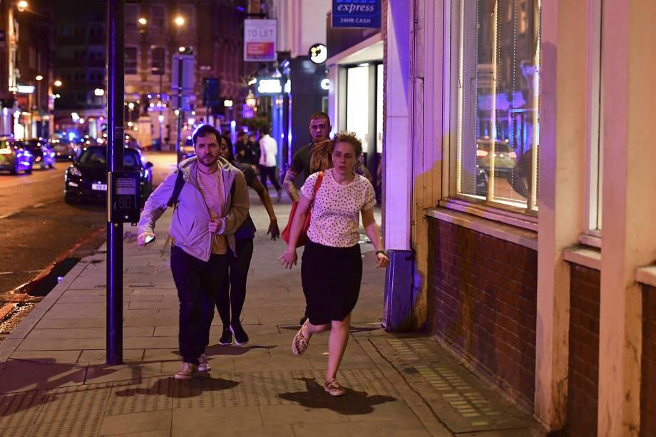 Pessoas correm pelas ruas após uma van atropelar pedestres em ponte de Londres - 03/06/207