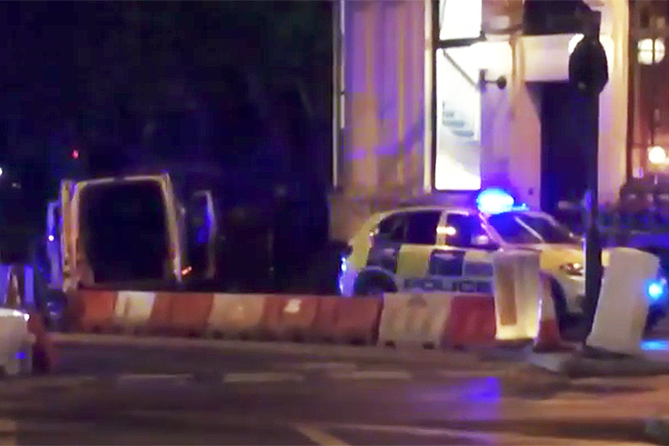 Van atropela pedestres em ponte de Londres