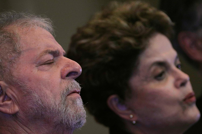 Ex-presidentes Luiz Inácio Lula da Silva e Dilma Rousseff conversam durante cerimônia de abertura do congresso nacional do Partido dos Trabalhadores, em Brasília