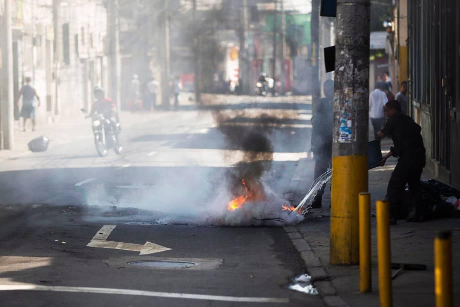 Mãe e filha morrem durante tiroteio na Mangueira e moradores fecham ruas e colocam fogo em onibus - 30/06/2017