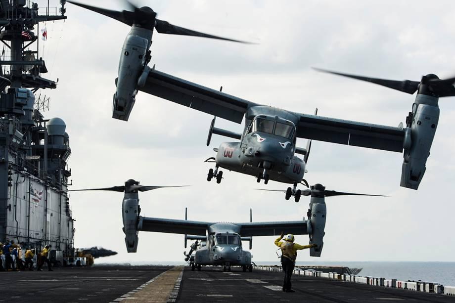 Aeronave MV-22B Osprey durante decolagem no navio de assalto anfíbio USS Makin Island, no Golfo de Áden próximo ao Iémen