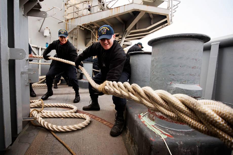 Fuzileiros navais recolhem corda durante partida do navio de assalto anfíbio USS Bonhomme Richard do porto japonês de Sasebo
