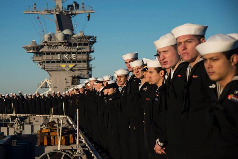 Marinheiros a bordo do porta-aviões USS Dwight D. Eisenhower, se preparam para desembarcar na cidade de Norfolk, Virgínia