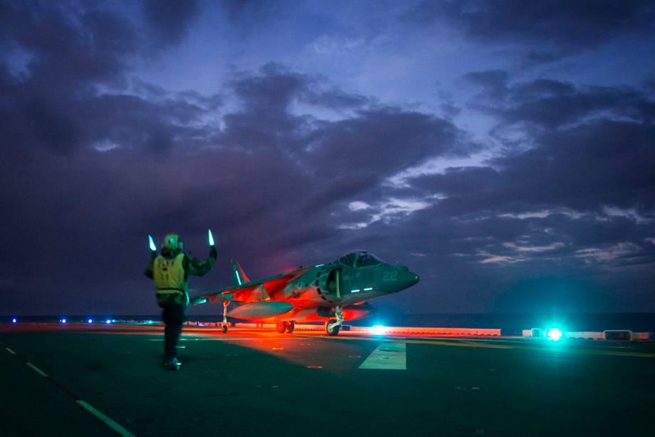 Caça AV-8B Harrier pousa no navio de assalto anfíbio USS Bonhomme Richard durante operação noturna, no mar das Filipinas