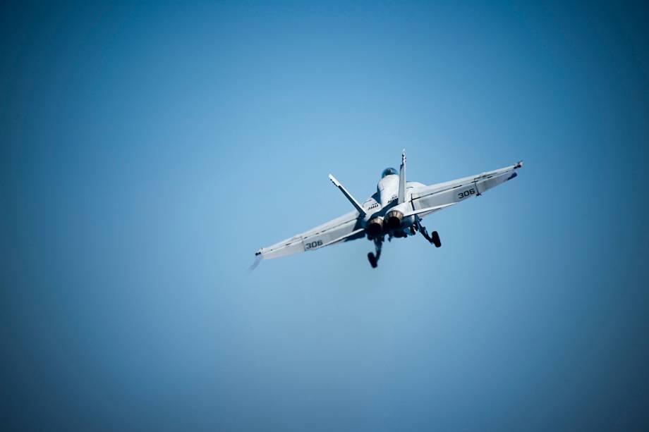Caça 18E Super Hornet decola do porta-aviões USS Carl Vinson, no mar da China