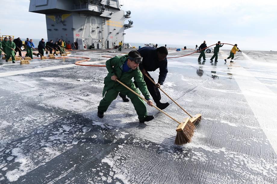 Fuzileiros navais lavam o deck do porta-aviões USS Gerald R. Ford, enquanto atravessam o Oceano Atlântico