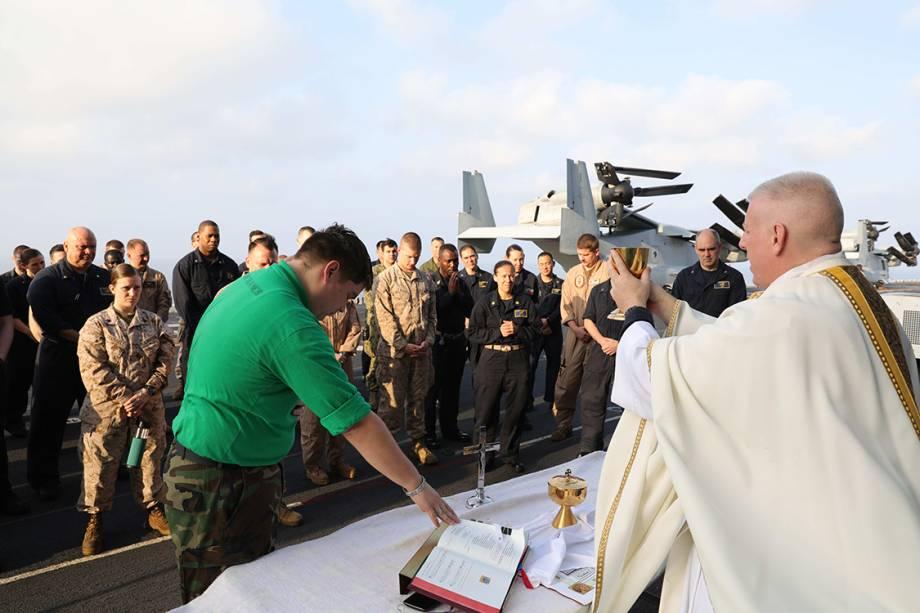 Padre conduz uma missa de páscoa no convés do navio de ataque anfíbio USS Bataan, no Golfo de Áden próximo ao Iémen