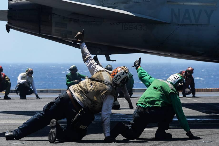 Fuzileiros navais durante operação de decolagem no porta-aviões USS Nimitz, no Oceano Pacífico