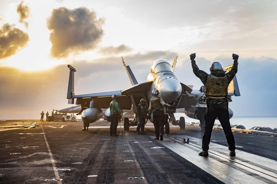 Fuzileiros navais durante operação de decolagem no porta-aviões USS Carl Vinson, no Oceano Pacífico