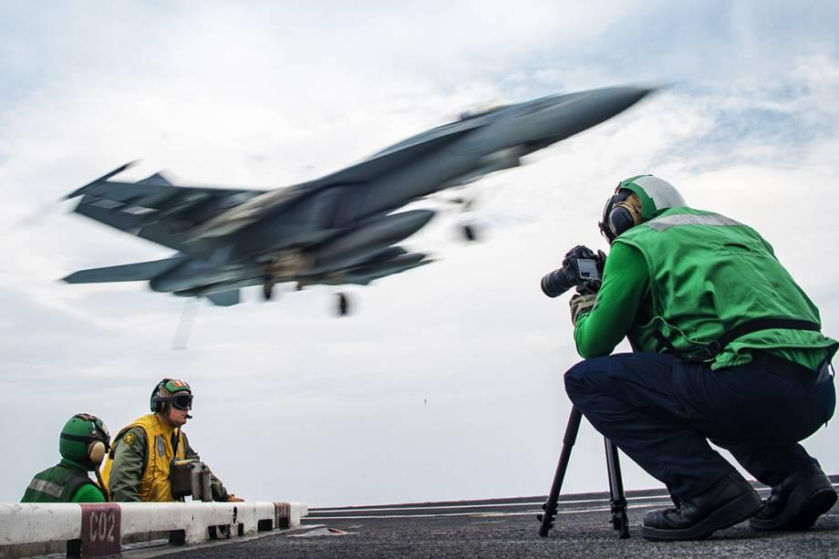 Fotógrafo faz registro de operações no porta-aviões USS Carl Vinson, no Oceano Pacífico