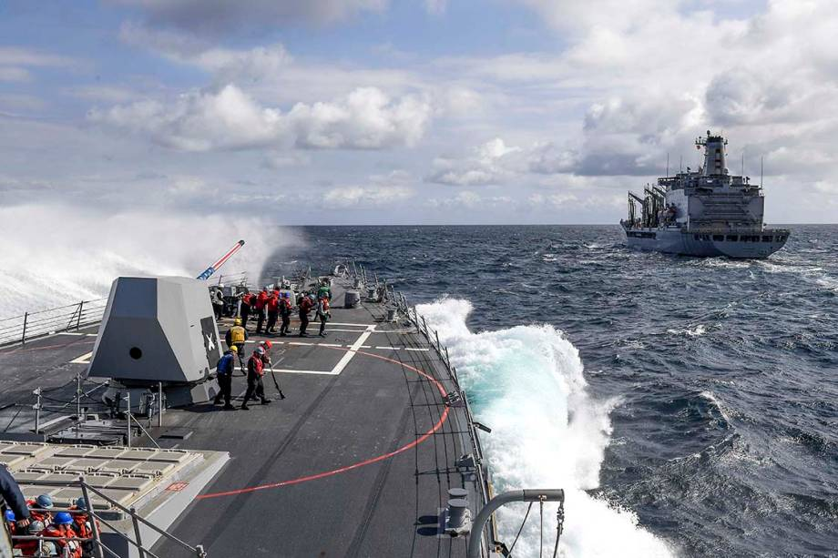 Uma onda quebra na proa do destroyer USS Wayne, no Oceano Pacífico