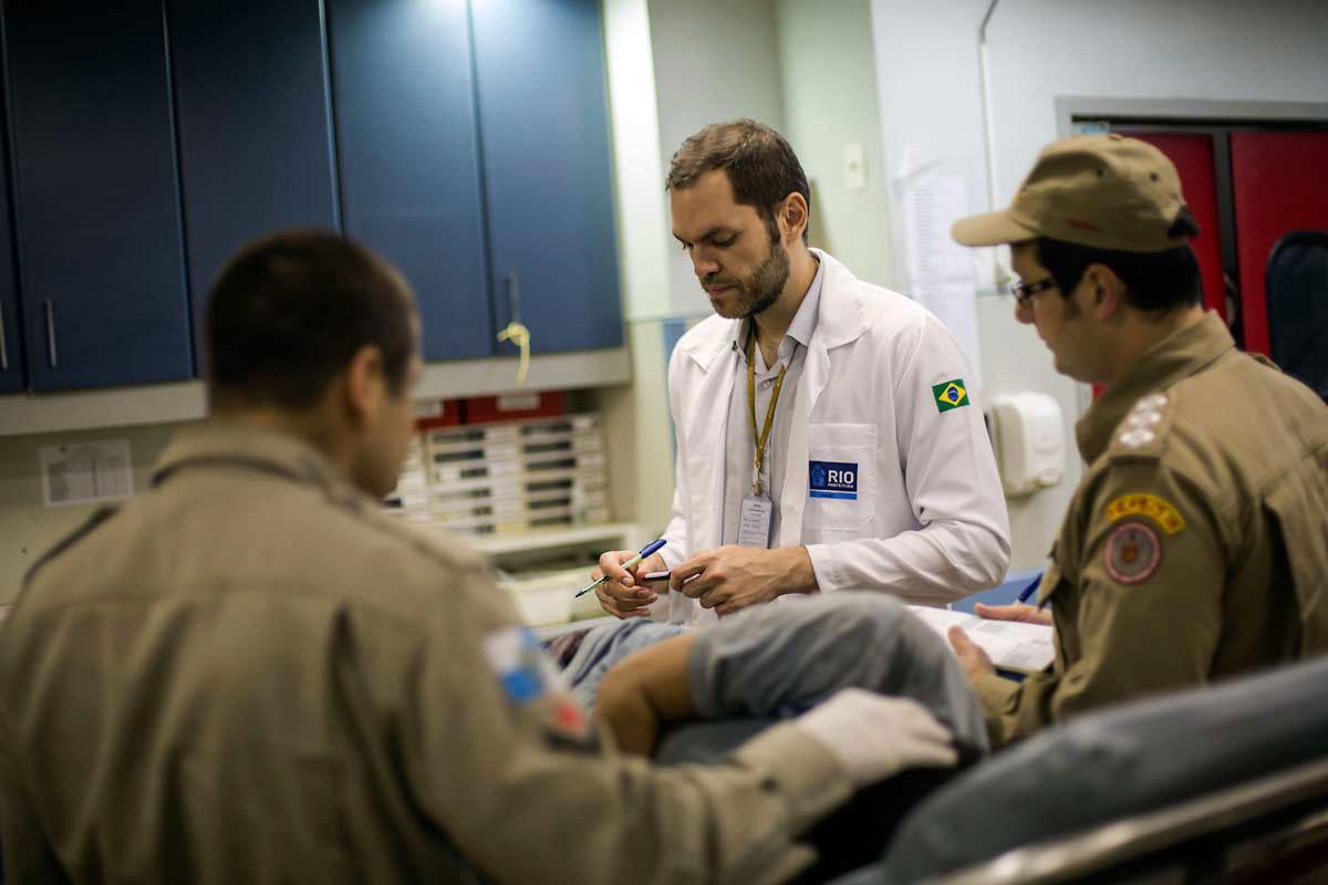 MÉDICO DE GUERRA – Paciente é atendido pelo cirurgião Bianco: com tanto tiroteio, o Rio virou referência mundial no tratamento de ferimentos a bala