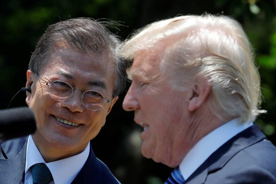 Presidentes dos EUA, Donald Trump, e da Coreia do Sul, Moon Jae-in, falam a jornalistas, na Casa Branca, em Washington - 30/06/2017