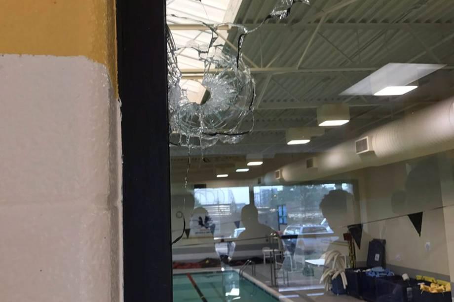 Marca de tiros é vista em uma janela após um homem armado abrir fogo contra membros do Partido Republicano em um campo beisebol perto de Washington em Alexandria, Virgínia, nos Estados Unidos - 14/06/2017