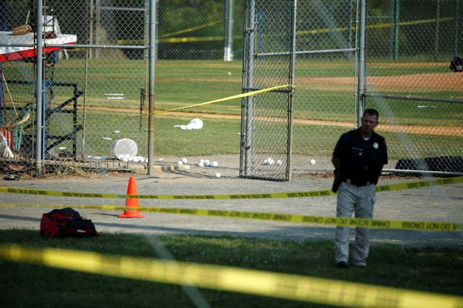 Polícia investiga o local de um ataque a tiros contra membros do Partido Republicano em um campo de beisebol perto de Washington em Alexandria, Virgínia, nos Estados Unidos - 14/06/2017