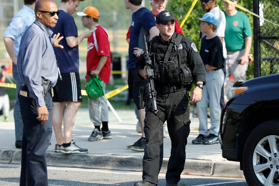 Polícia investiga o local de um ataque a tiros contra congressistas republicanos em um campo de beisebol perto de Washington em Alexandria, Virgínia, nos Estados Unidos - 14/06/2017