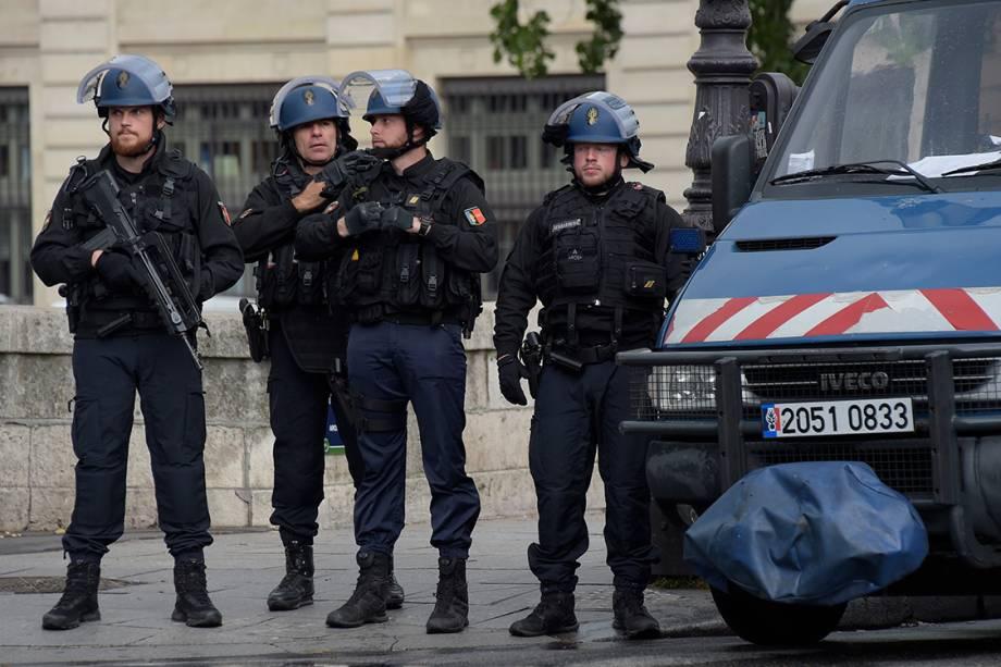 Policiais franceses fazem patrulha nos arredores da Catedral de Notre Dame, após tentativa de ataque com um martelo em frente à igreja  - 06/06/2017