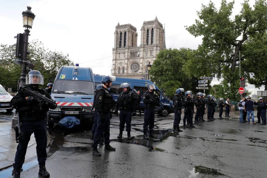Polícia realiza operação no local de um incidente com tiros perto da Catedral de Notre Dame em Paris, França - 06/06/2017