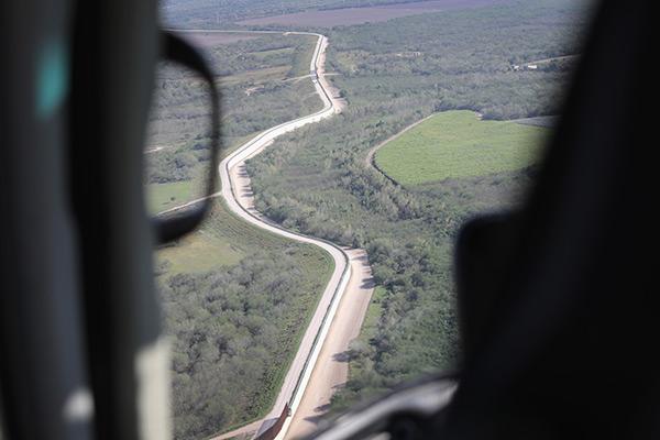 DEL RIO (Texas) - Dois trechos curtos de cerca para pedestre 0 Extensão: 337 km, às margens do Rio Grande e do Lago Amistad - Agentes: 1.000 - Apreensões: 23.078 (56,13%)