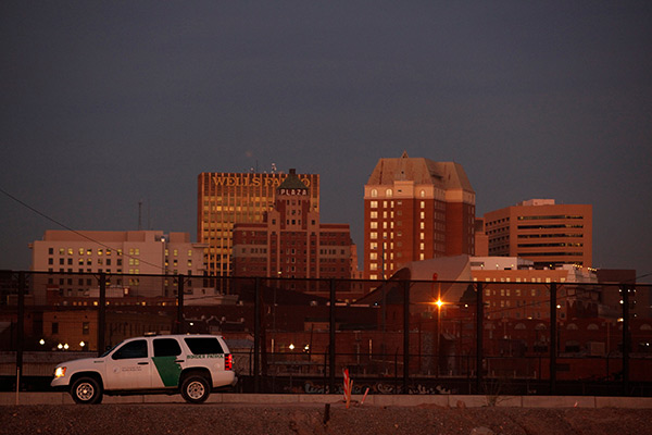 EL PASO (Novo México/Texas) - Cercas para pedestres e veículos e trechos sem proteção - Extensão: 431,3 km - Agentes: 2.400 - Apreensões: 25.634 (53,29% mexicanos)