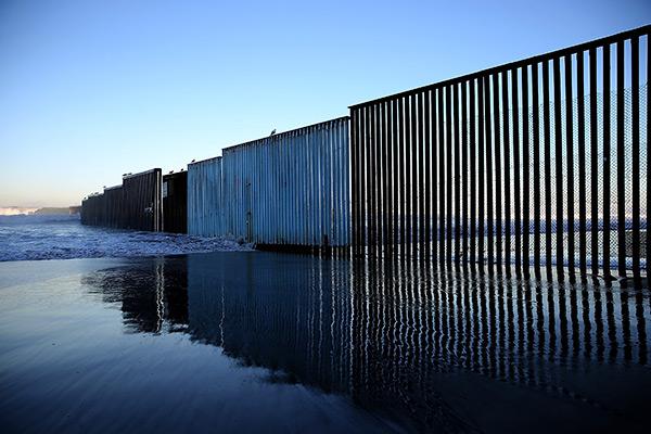 SAN DIEGO (Califórnia) - Parcialmente protegida com cerca para pedestres - Extensão: 96,5 km - Apreensões: 31.891 (79,58% mexicanos)