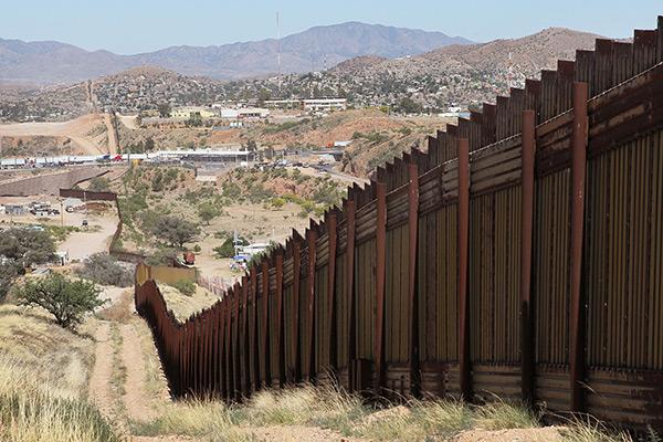 TUCSON (Arizona) - Cercas para pedestres e veículos e trechos sem proteção - Extensão: 421,6 km - Agentes: 4.200 - Apreensões: 64.891 (71,65% mexicanos)