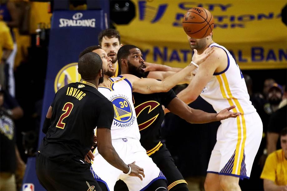 Stephen Curry do Golden State Warriors recebe o Cleveland Cavaliers para a segunda partida da final da NBA - 04/06/2017