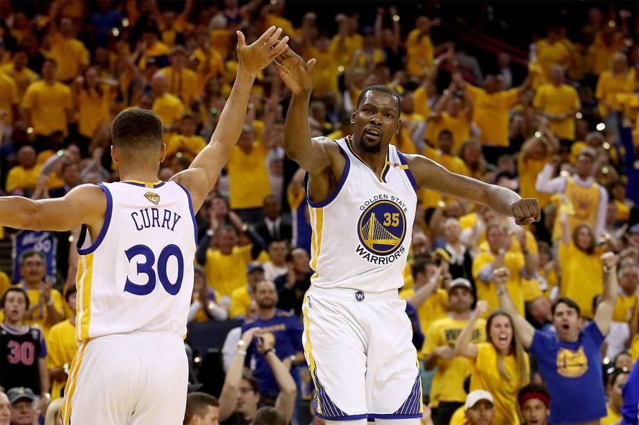 Stephen Curry e Kevin Durant do Golden State Warriors durante o confronto com Cleveland Cavaliers para a segunda partida da final da NBA - 04/06/2017