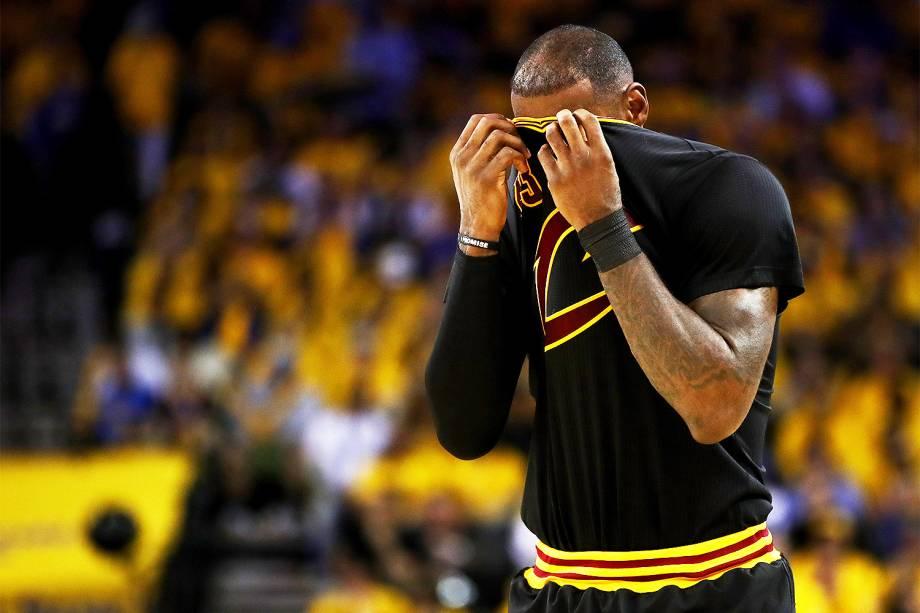 LeBron James do Cleveland Cavaliers em lance contra o Golden State Warriors, na segunda partida da final da NBA  - 04/06/2017