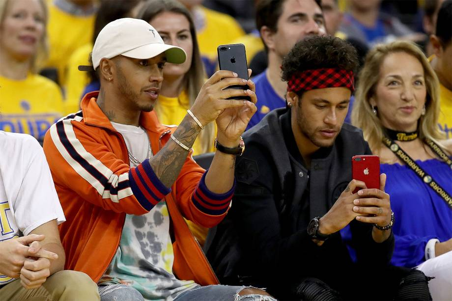 O piloto Lewis Hamilton e o jogador Neymar assistem a segunda partida da final da NBA, entre o Golden State Warriors e o Cleveland Cavaliers 04/06/2017