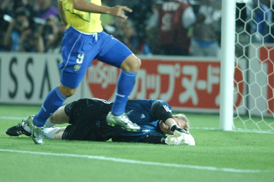 Oliver Kahn se estica para tentar a defesa, mas a bola chutada por Ronaldo já estava nas redes