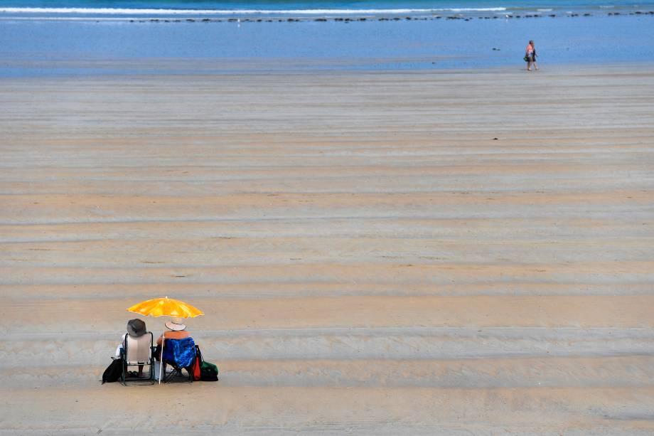 Banhistas desfrutam do calor europeu na praia de Saint-Malo, no oeste da França - 20/06/2017