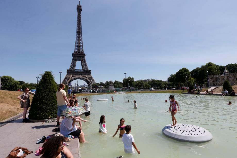 Franceses aproveitam o calor da europa para se refrescar na fonte Trocadero, próxima a torre Eiffel - 19/06/2017