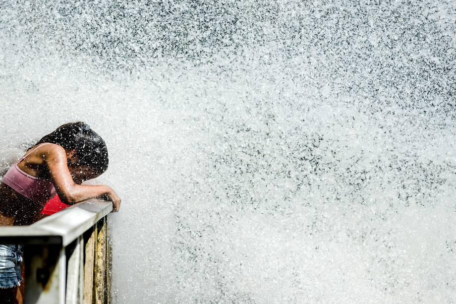 No parque de diversões Duinrell, no sul da Holanda, uma garota se coloca em frente a uma atração aquática para se refrescar do calor europeu - 21/06/2017