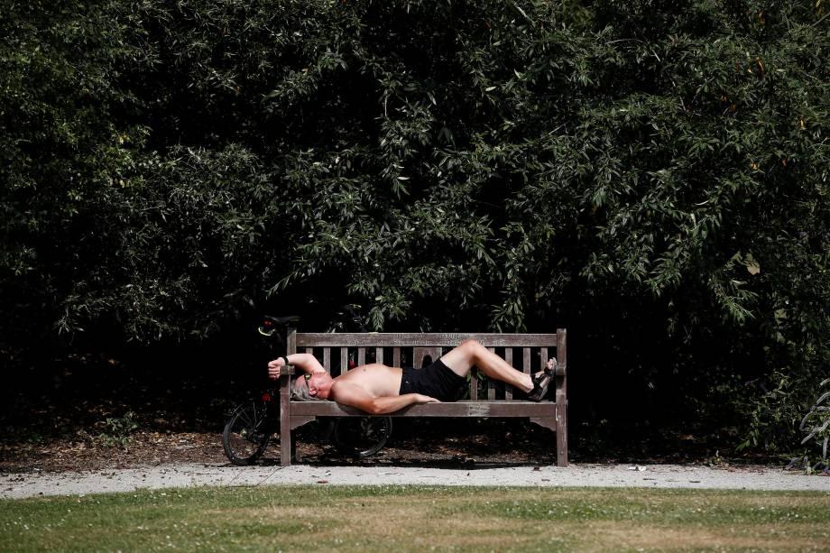 Homem deitado em um banco de um parque de Londres descansa sob o sol durante as altas temperaturas do verão europeu - 21/06/2017