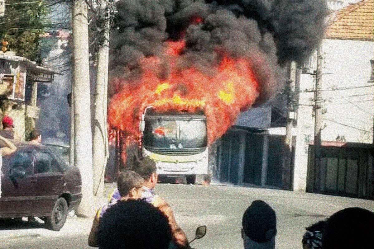 FOGO – Ônibus incendiado em arrastão: tática do medo