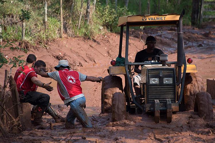 Voluntários da Cruz Vermelha ajudam às vítimas do rompimento da barragem de rejeito
