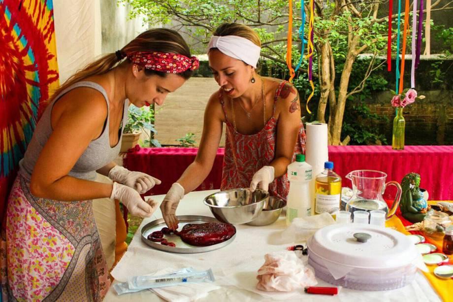<span>A doula Pamella Souza e a enfermeira obstétrica Raquel Carvalho, que trabalham com manipulação da placenta para produzir cápsulas, tintura, pomadas, óleos e até mesmo telas de aquarela </span>
