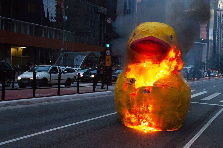 Manifestantes queimam o boneco de um pato amarelo na Avenida Paulista, dia de paralisação parcial contra as reformas trabalhista e da Previdência - 30/06/2017
