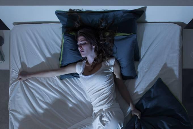 Mulher tendo pesadelos a noite
