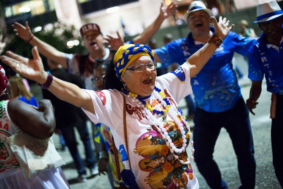 Protesto Roda de Samba organizado por integrantes de escola de samba contra o corte de subsídios para escolas de samba no carnaval 2018, na frente da sede da Prefeitura da cidade do Rio de Janeiro (RJ) - 26/06/2027