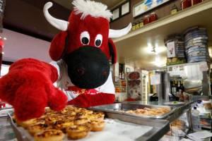 Mascote da Red Bull come pastéis de Belém, em brincadeira sobre fusão com a Lusa