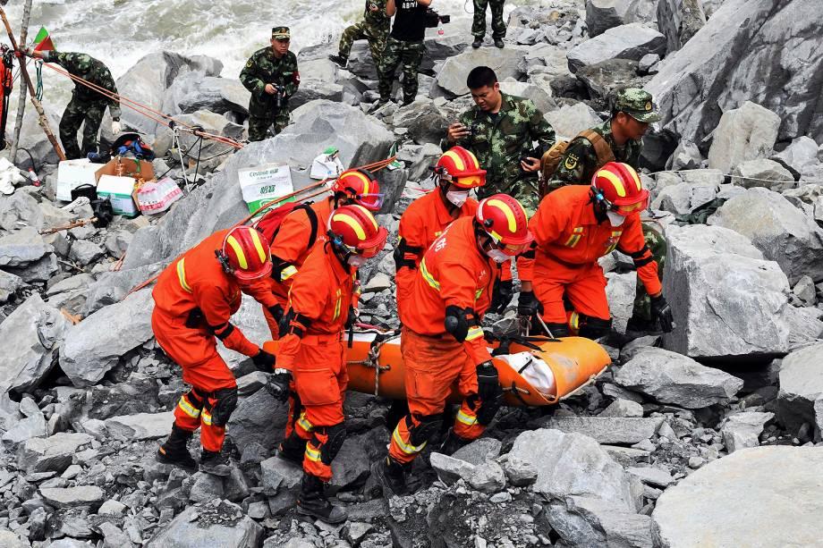 Equipes de emergência trabalham em busca de possíveis vítimas entre os escombros do vilarejo de Xinmo, no sudoeste da China - 25/06/2017